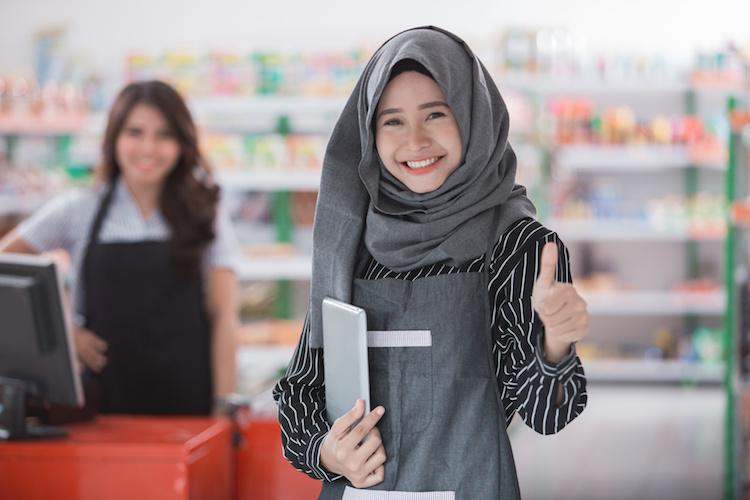 gadis muslim jepun tersenyum