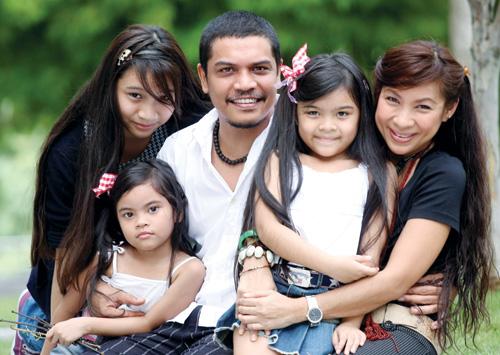 gambar keluar ary malik suami dan anaknya