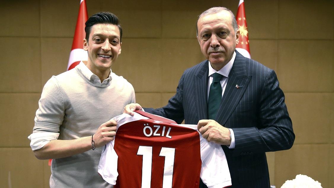 gambar mesut ozil dan presiden turki recep tayyip erdo an yang menjadi kontroversi