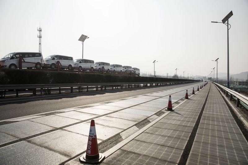 gambar panel solar di jalan raya