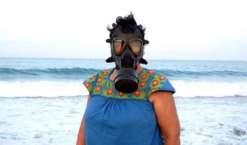 gambar penduduk palomares memakai topeng gas