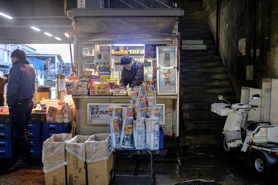 gerai kecil menjual snek dan surat khabar untuk penjual ikan