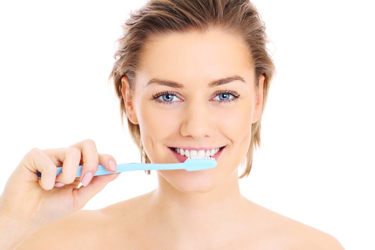 gosok gigi dan flos dua kali sehari untuk mengelakkan mulut berbau