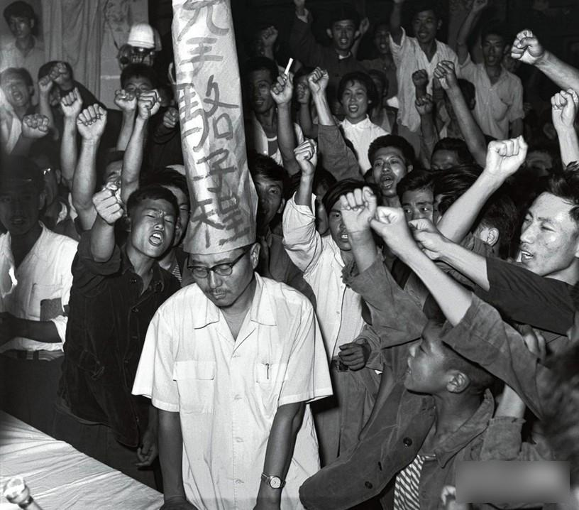 guru guru dihina dipukul dan dibunuh oleh pelajar ketika pemerintahan mao zedong
