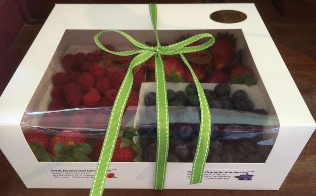 hadiah campuran buah beri sedia untuk dimakan orang sakit