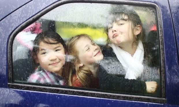 hiburkan anak dalam kereta