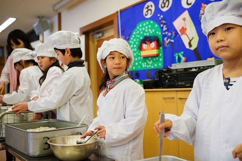 hidang makanan sendiri sekolah rendah di jepun