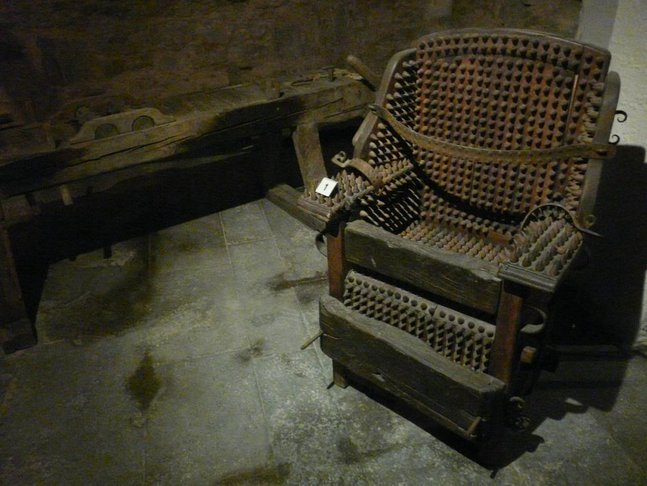 hukuman kerusi besi berduri yang sangat kejam