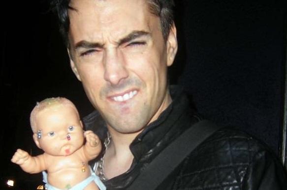 ian watkins dengan patung bayi