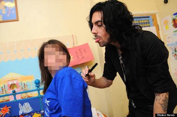 ian watkins melawat kanak kanak