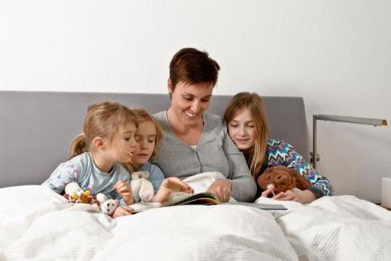 ibu membaca buku bedtime stories dengan ramai anak