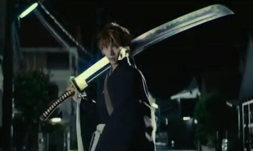 ichigo kurosaki membawa tugas soul reaper