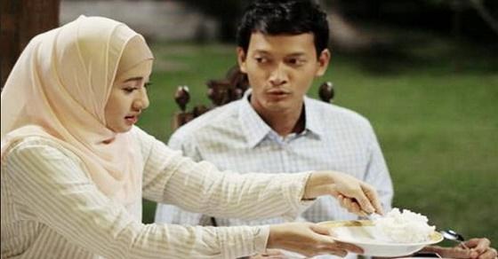 isteri sendukkan makan suamia