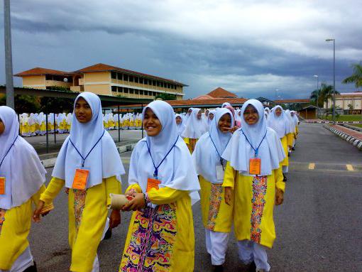 jalan kaki ke kelas di sekolah berasrama penuh