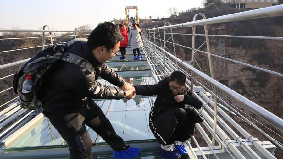 jambatan kaca hongyagu china menakutkan