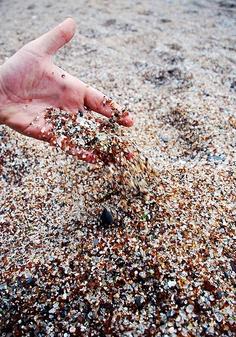 jangan ambil kaca yang terdapat di glass beach