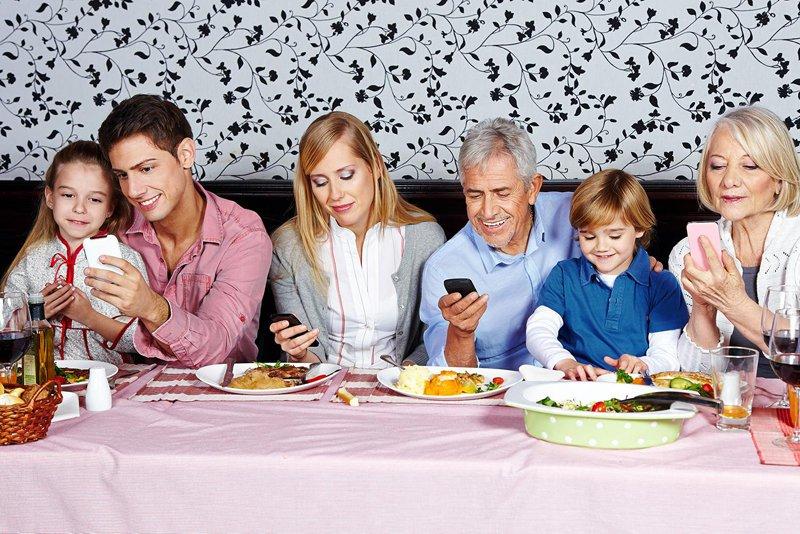 jangan jadi seperti keluarga antisosial ini semua tak berkomunikasi sebab asyik pegang telefon
