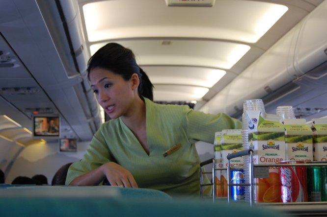 jangan tolak minuman yang diberikan dalam pesawat