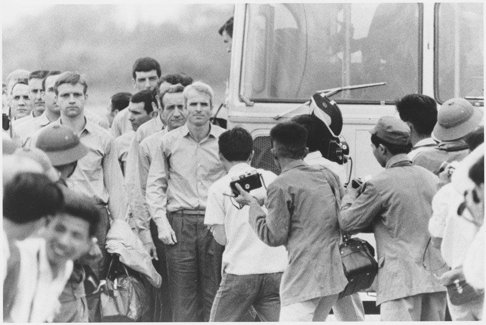 john mccain selepas dibebaskan dari penjara hoa lo