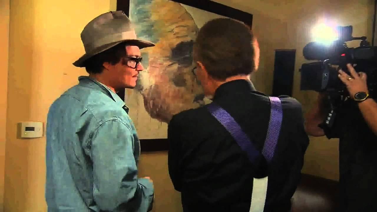 johnny depp membawa pelawat melihat lukisan