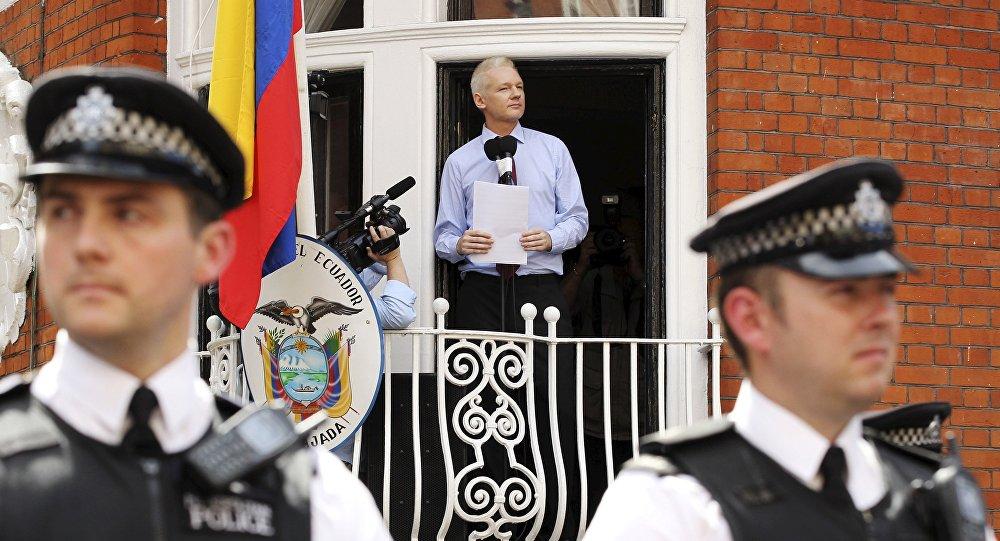julian assange cuma boleh berdiri di tingkap saja dan tak boleh keluar dari kedutaan 316