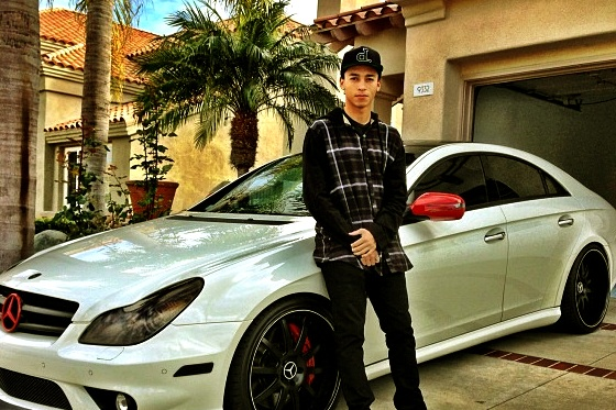 jutawan main skateboard posing depan kereta