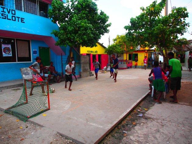 kanak kanak di pulau ini beriadah