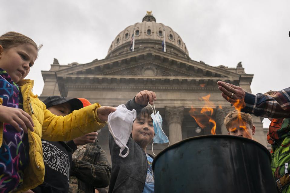 kanak kanak membakar face mask