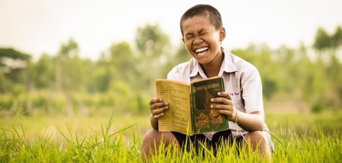 kanak kanak thai membaca sambil ketawa