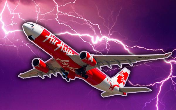 kapal terbang kena panah kilat petir