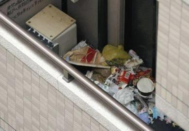 keadaan rumah sanae yang terbiar penuh dengan sampah