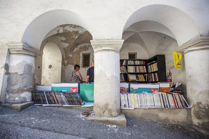 kedai buku di sebalik pintu gerbang kampung buku switzerland
