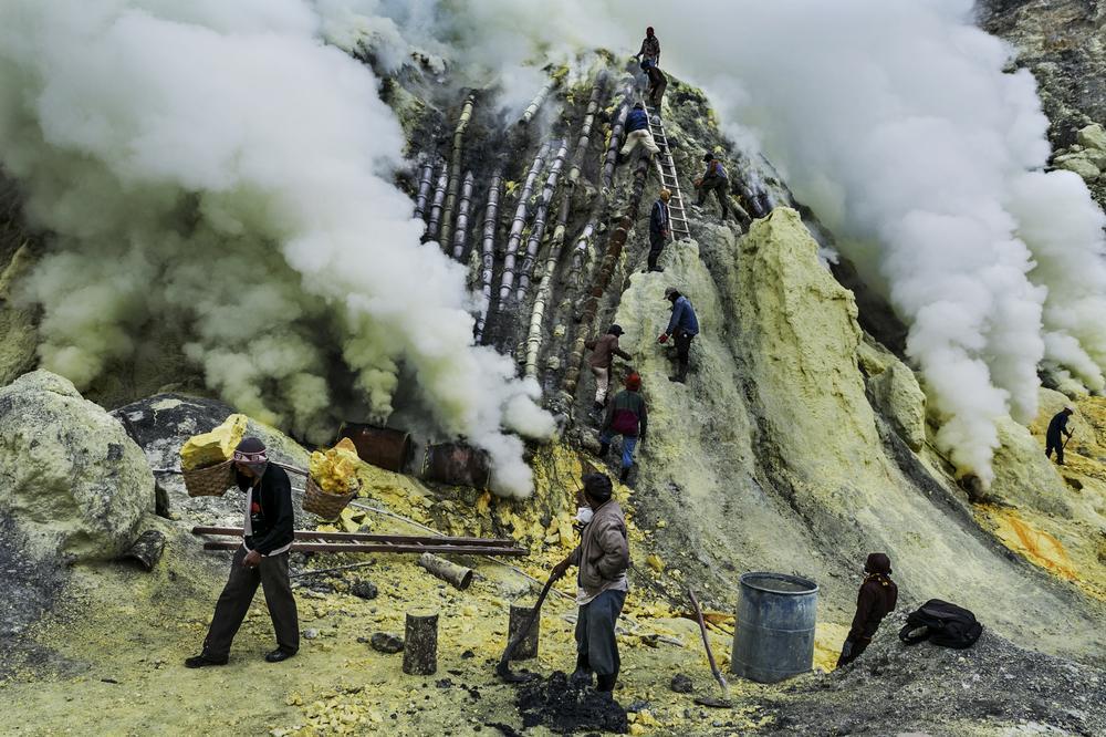 kelihatan paip paip yang mengalirkan cecair sulfur