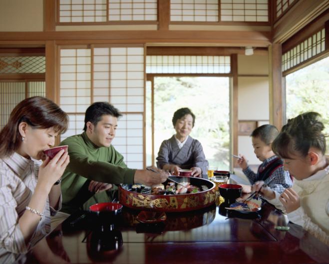 keluarga jepun makan bersama