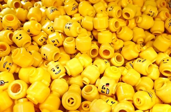kepala lego berwarna kuning