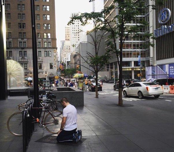 khabib kelihatan sedang solat di tepi jalan di new york