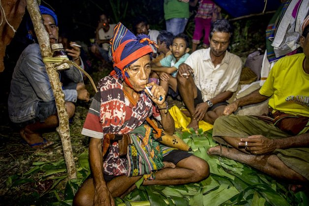 korban darah kaum sumba pasola lawan lembing atas kuda kepercayaan indonesia pawang bomoh