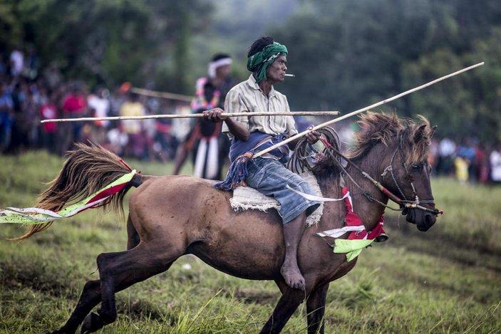 korban darah kaum sumba pasola lawan lembing atas kuda kepercayaan indonesia