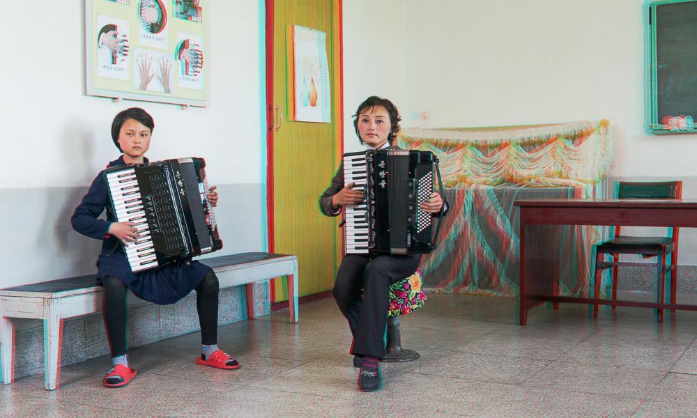 korea utara guru wanita bermain akordion