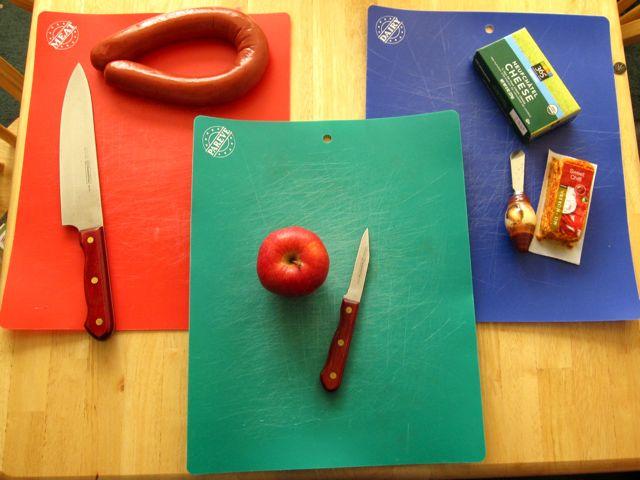 kosher mengasingkan jenis jenis makanan termasuklah cara menyiapkan dan peralatan yang digunakan