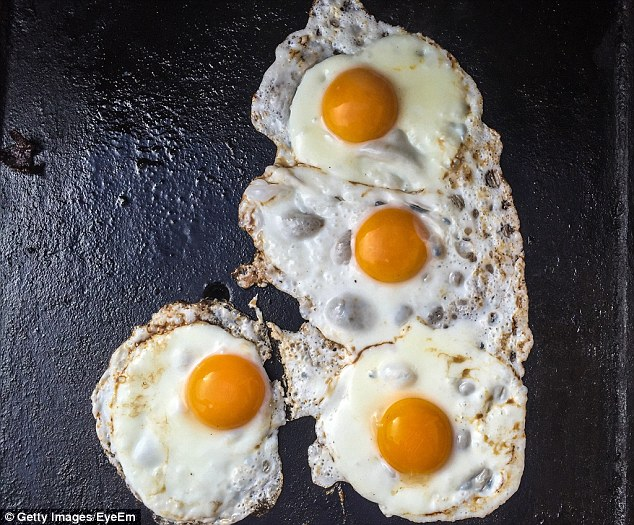 kuning telur yang sama warna terang dan sekata mungkin menggunakan pewarna tiruan