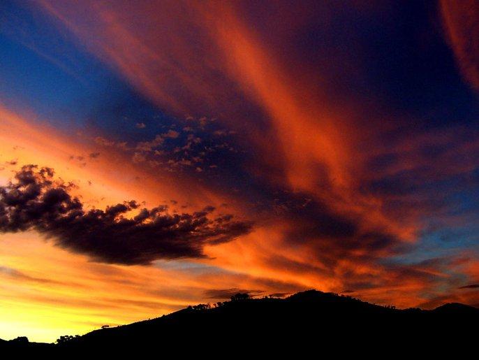 langit jingga yang misteri