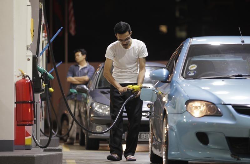lelaki malaysia mengisi minyak