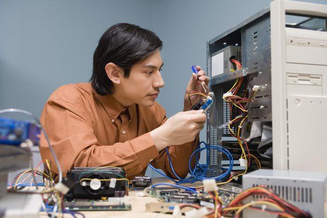 lelaki membaiki peralatan