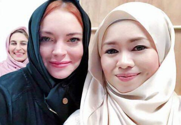 lindsay lohan bertudung selebriti malaysia berswafoto bersama 1