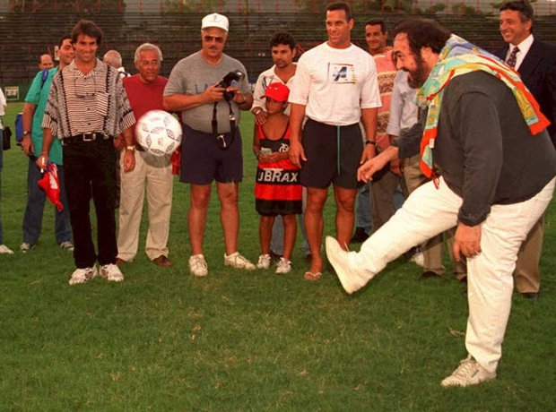 luciano pavarotti bermain bola sepak