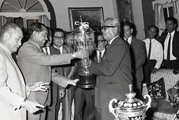 majlis penyerahan piala malaysia yang lama kepada muzium