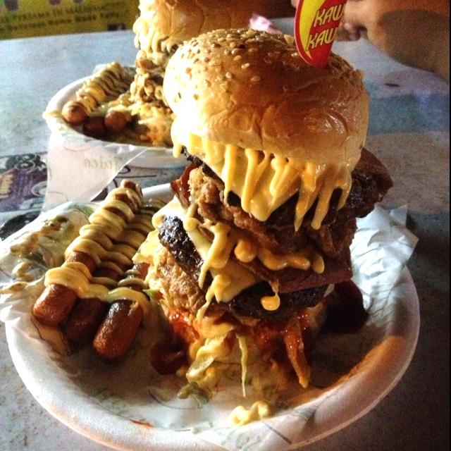 makan burger dan sosej berlumuran sos serta mayonis pula pada waktu malam