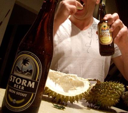 makan durian sambil minum alkohol boleh membunuh