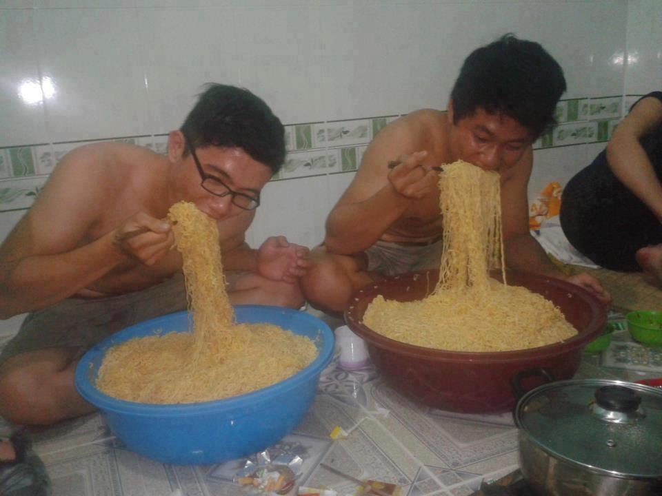 Image result for makan megi dalam baldi